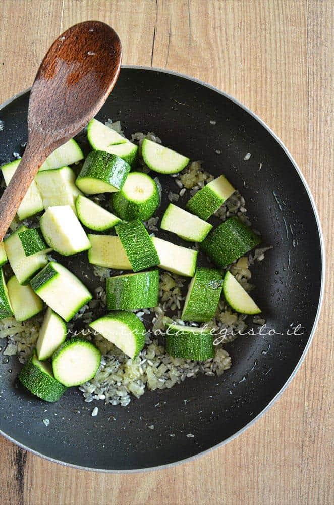 Aggiungere le zucchine - Ricetta Crema di zucchine-Vellutata di zucchine