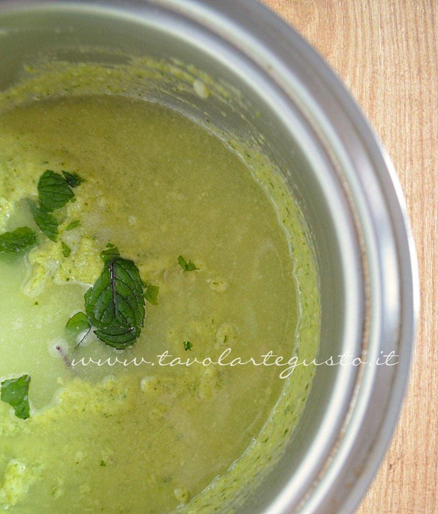 Aggiungere menta fresca e acqua - Ricetta Crema di zucchine-Vellutata di zucchine
