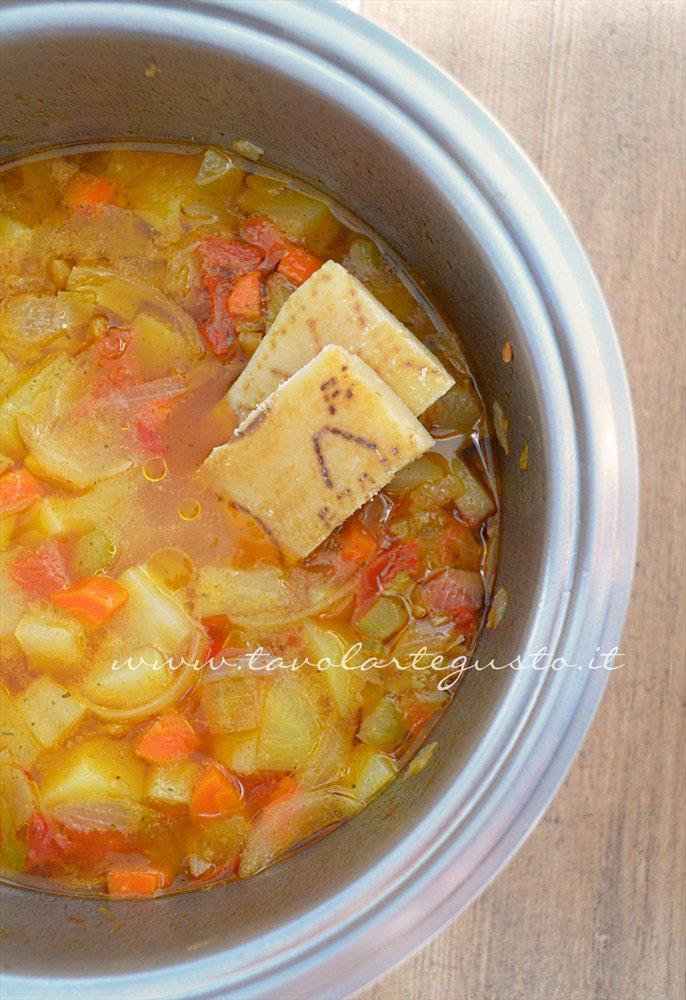 Aggiungere scorze di parmigiano -  Ricetta Minestra di patate