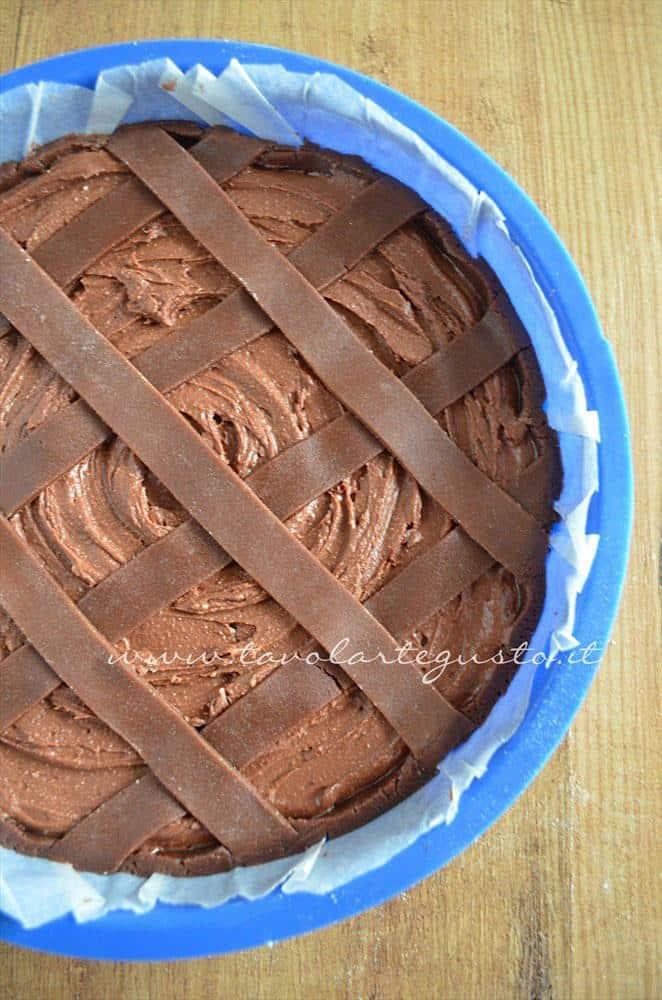 Crostata morbida al cioccolato pronta per essere infornata - Ricetta Crostata morbida al cioccolato