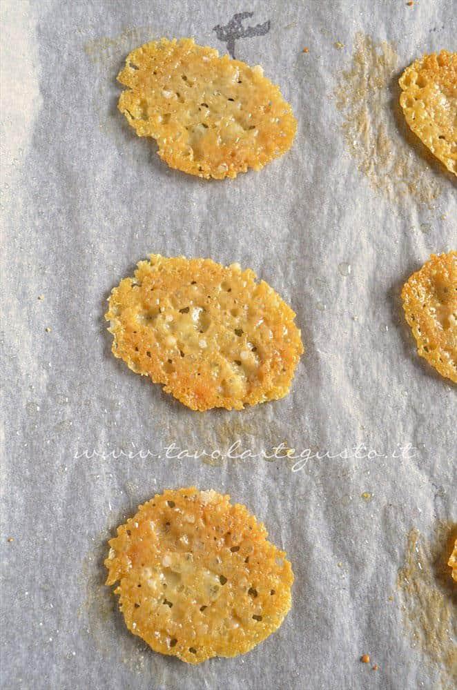 Crostini di Parmigiano e Fiore Sardo. - Ricetta Bordura di riso con crema di carciofi e crostini di Fiore Sardo