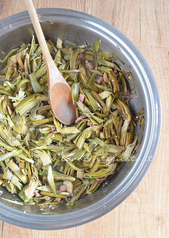 Cuocere i carfioci in padella -Ricetta Bordura di riso con crema di carciofi e crostini di Fiore Sardo