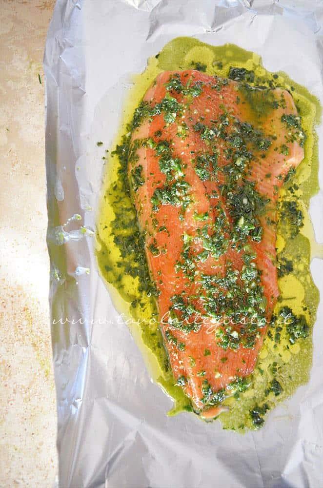 Disporre il filetto di salmone nel cartoccio - Ricetta filetto di salmone al cartoccio