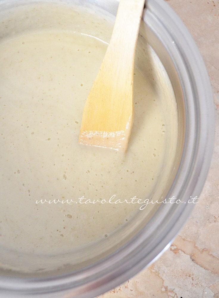 Frullare con un minipimer il cavolfiore - Ricetta Vellutata di cavolfiore