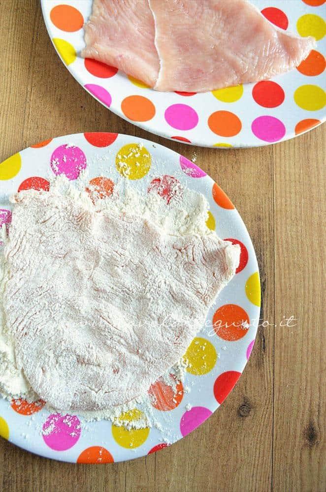 Infarinare i petti di pollo - Ricetta Petto di pollo al formaggio