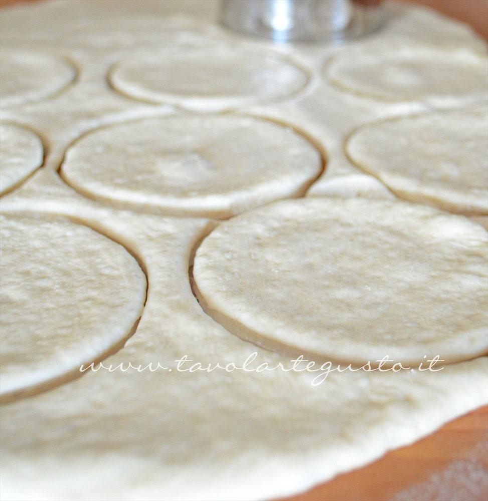 Intagliare la Pasta per Pizze con il coppa pasta e ricavare i cerchi -Ricetta Pizze fritte ripiene ricotta e provola