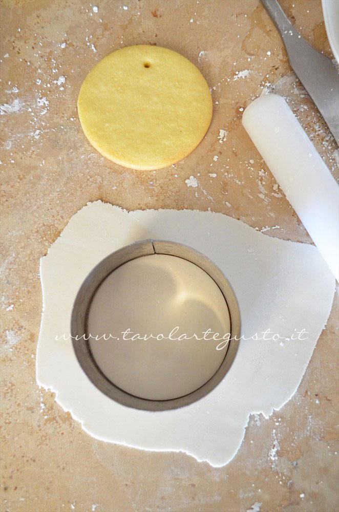 Intagliare la pasta di zucchero - Ricetta Biscotti di Natale decorati in Pasta di Zucchero