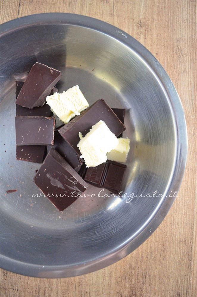 Porre a bagnomaria cioccolato e burro - Ricetta Crostata morbida al cioccolato