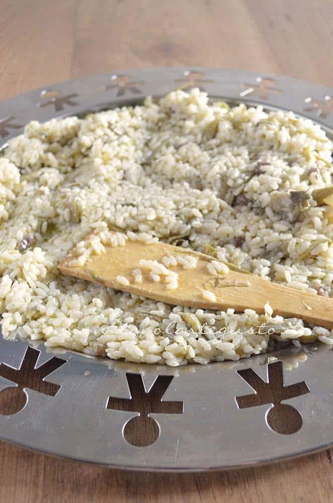 Raffreddare il riso su un vassoio - Ricetta Bordura di riso con crema di carciofi e crostini di Fiore Sardo