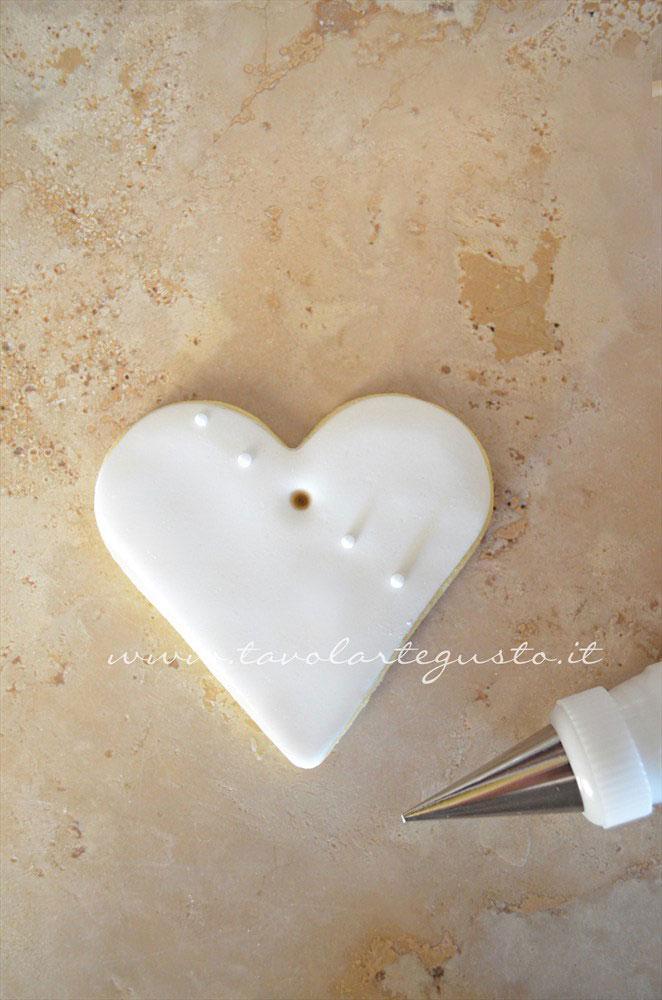 Realizzare dei pois di ghiaccia obliqui al foro - Ricetta Biscotti di Natale decorati in Pasta di Zucchero