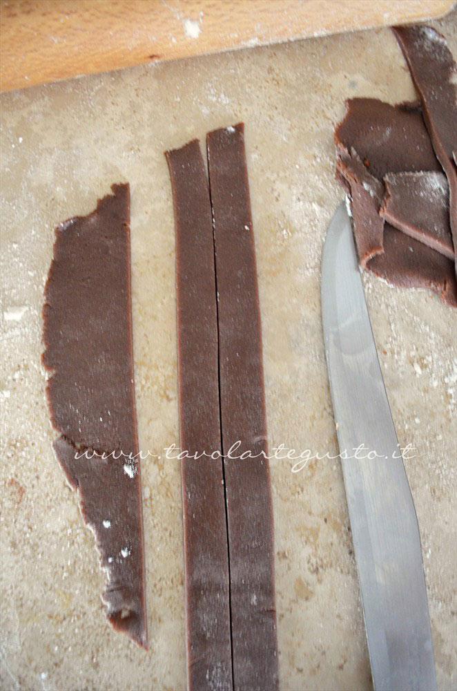 Realizzare delle strisce sottili di pasta frolla al cacao - Ricetta Crostata morbida al cioccolato