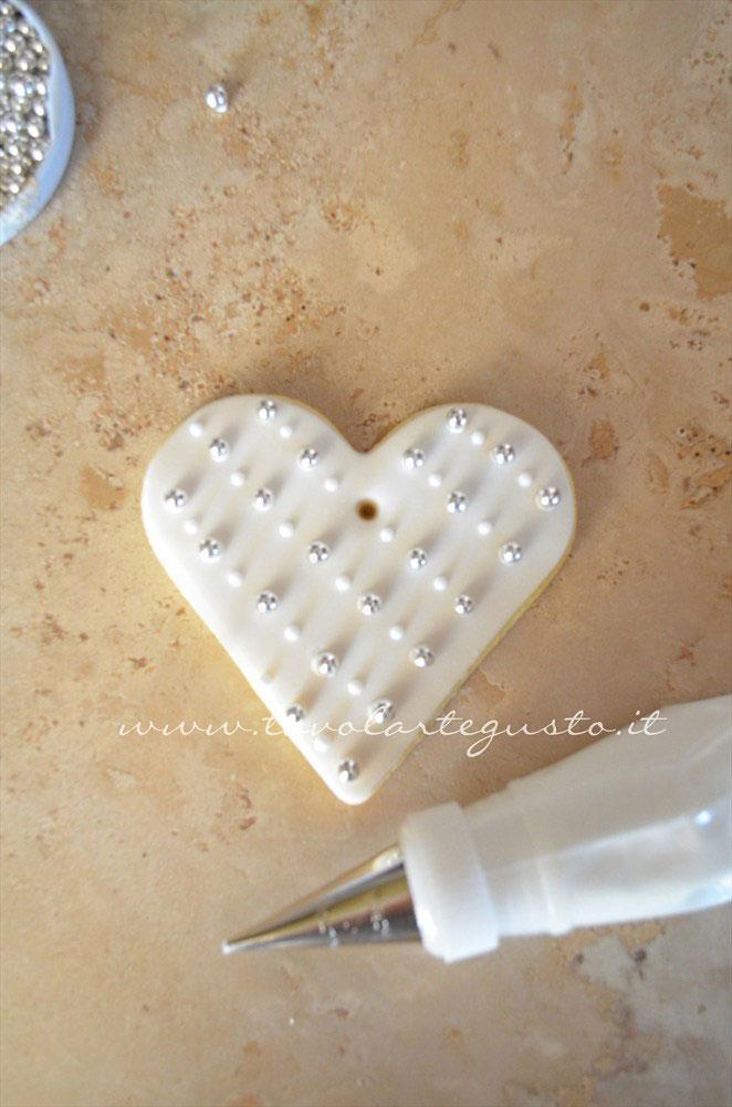 Realizzare piccolissimi pois tra le perle seguendo le linee oblique - Ricetta Biscotti di Natale decorati in Pasta di Zucchero