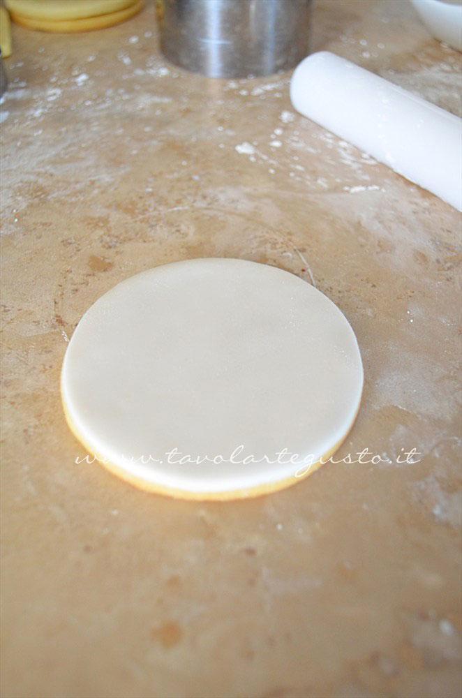 Ricoprire il biscotto con la pasta di zucchero intagliata - Ricetta Biscotti di Natale decorati in Pasta di Zucchero