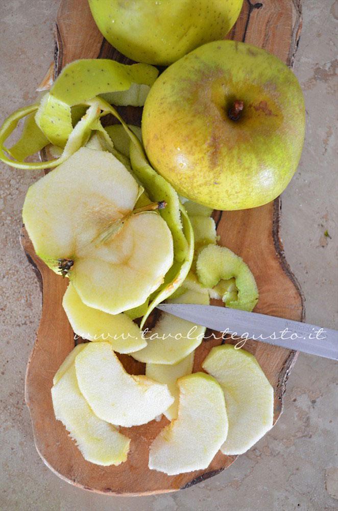 Sbucciare le mele e tagliarle a fettine molto sottili - Ricetta Torta di mele