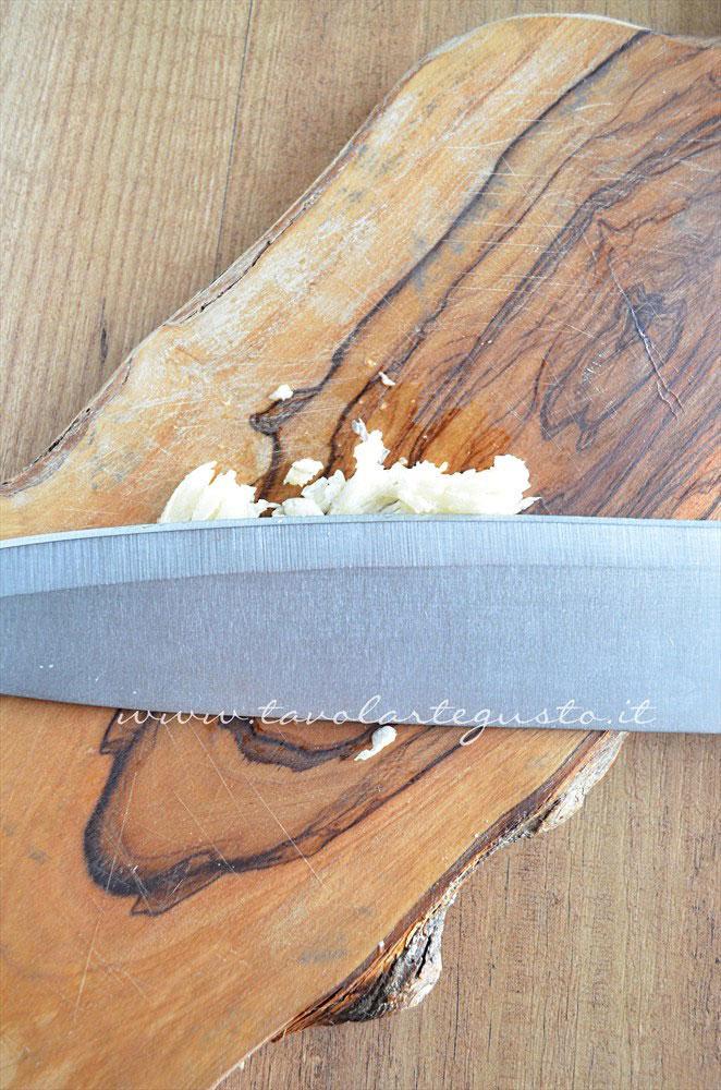 Schiacciare l'aglio -Ricetta Bordura di riso con crema di carciofi e crostini di Fiore Sardo