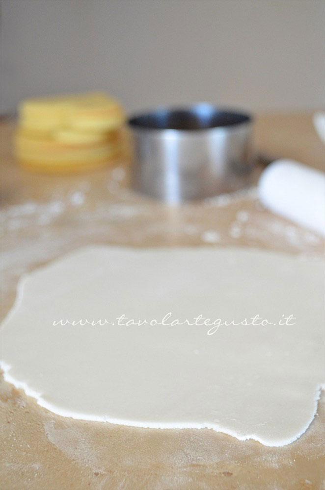 Stendere la pasta di zucchero - Ricetta Biscotti di Natale decorati in Pasta di Zucchero