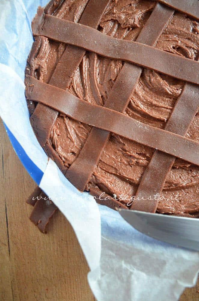 Tagliare via i pezzi di frolla in eccesso dalle strisce di frolla - Ricetta Crostata morbida al cioccolato