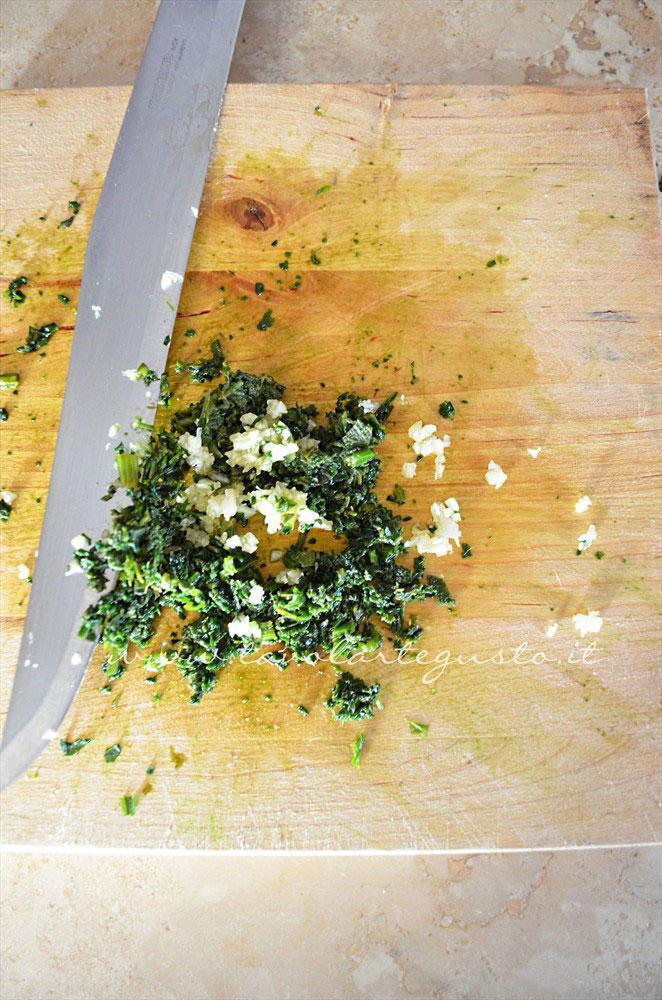 Tritare finemente gli aromi e l'aglio - Ricetta Filetto di salmone al cartoccio