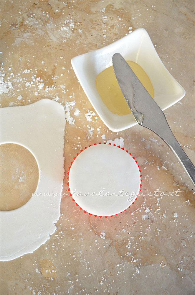 Adagiare sulla tortina il cerchio di pasta di zucchero - Ricetta Cupcakes Natalizi decorati in Pasta di Zucchero - Cupcakes di Natale