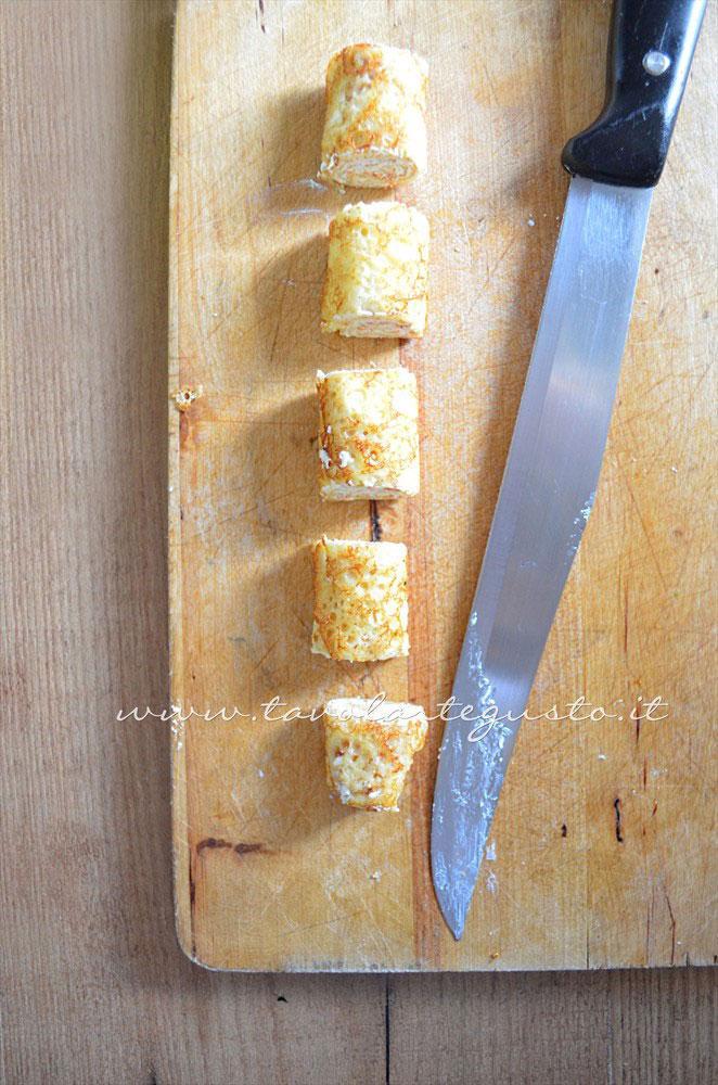 Affettare il rotolo di crepe - Ricetta Rotolini di Crepes alla ricotta