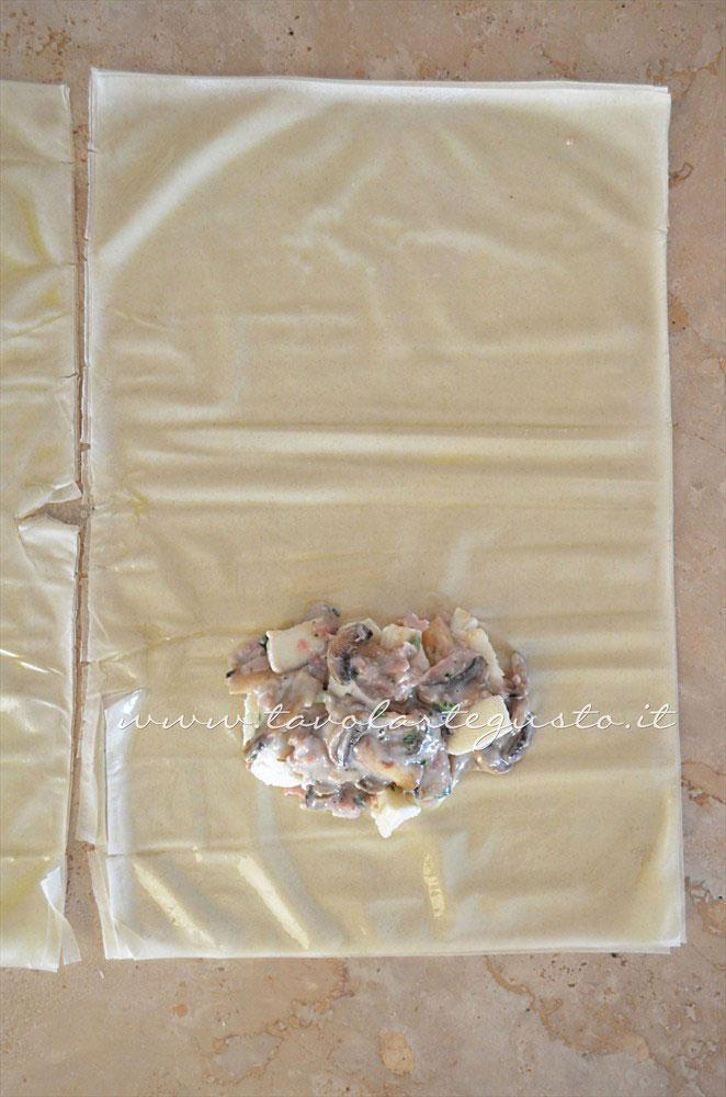 Aggiungere il ripieno sulla sfoglia di pasta fillo - Ricetta Fagottini di pasta fillo con funghi e prosciutto