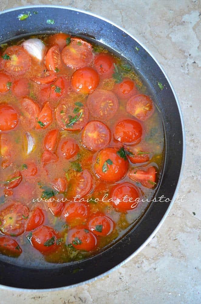 Aggiungere l'acqua delle cozze filtrata -Ricette Linguine con le cozze e pomodorini