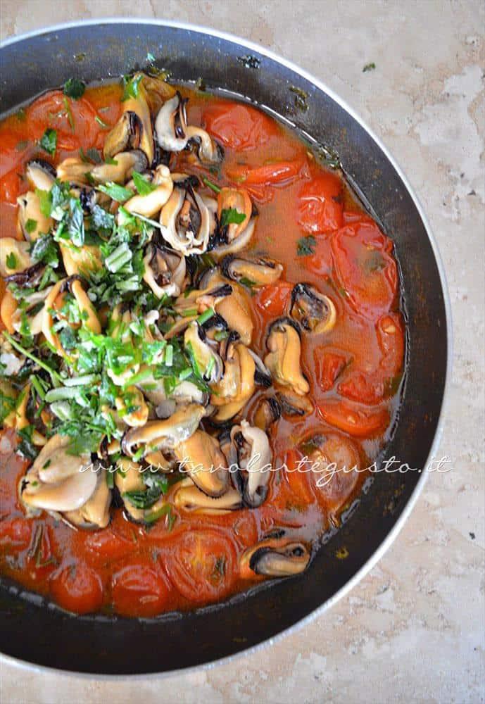 Aggiungere le cozze e prezzemolo - Ricette Linguine con le cozze e pomodorini