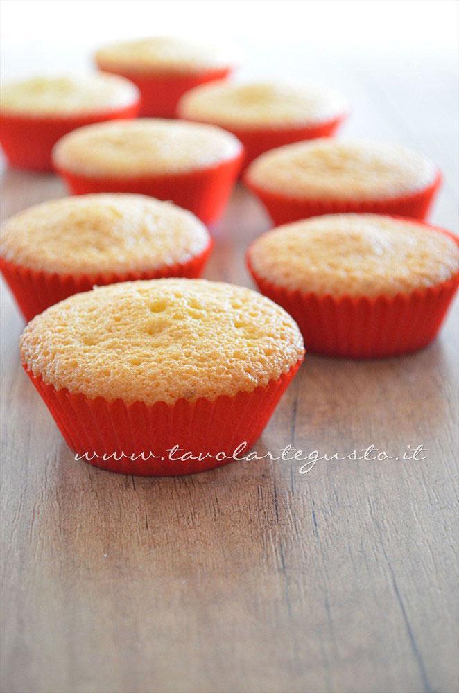 Basi Cupcakes alla vaniglia - Ricetta Cupcakes Natalizi decorati in Pasta di Zucchero - Cupcakes di Natale