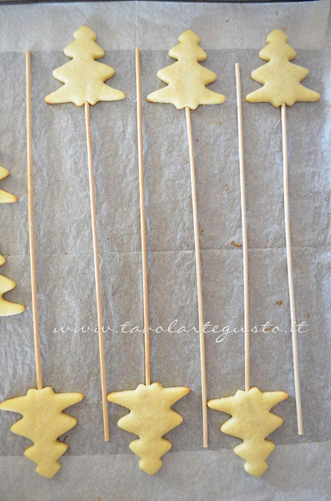 Biscotti su stecco appena sfornati - Ricetta Biscotti lecca lecca natalizi (Christmas Cookies pops)