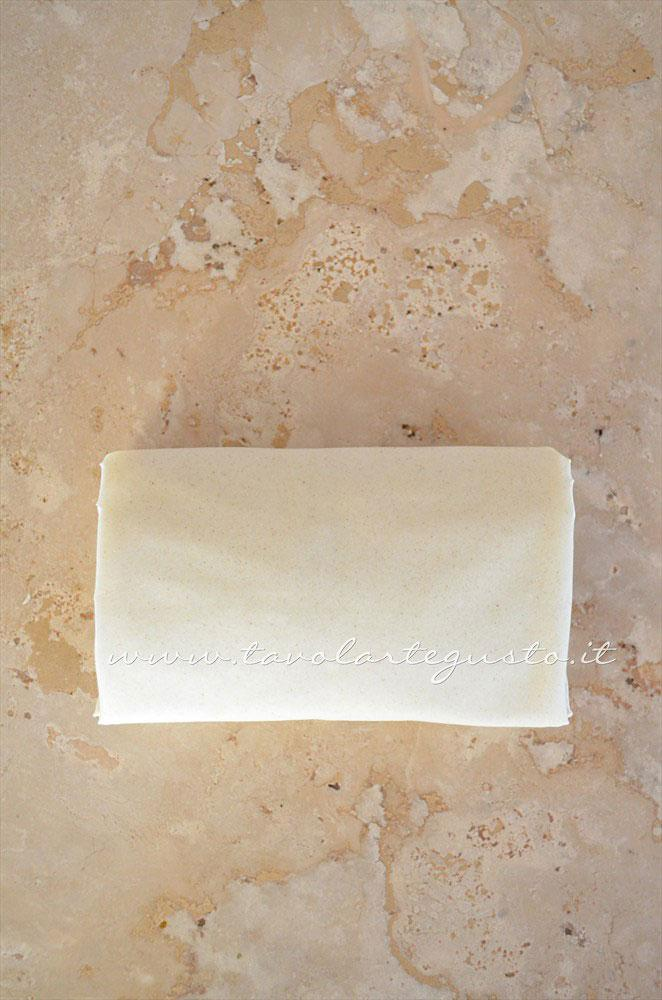 Creare i fagottini di pasta fillo (3) - Ricetta Fagottini di pasta fillo con funghi e prosciutto