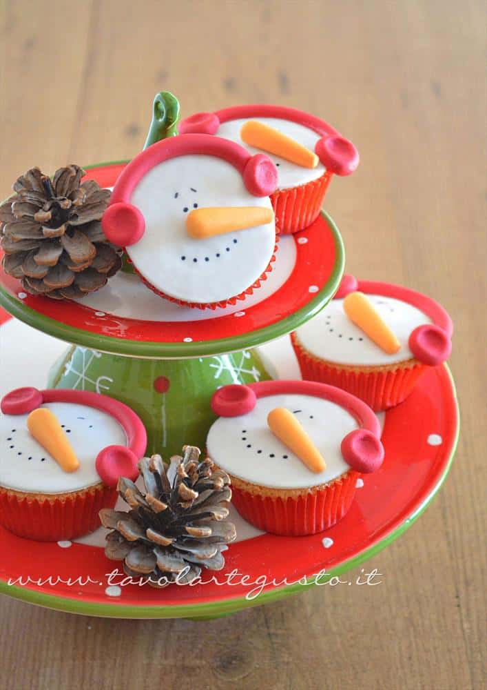 Cupcakes natalizi decorati in pasta di zucchero cupcakes for Appartamenti decorati per natale
