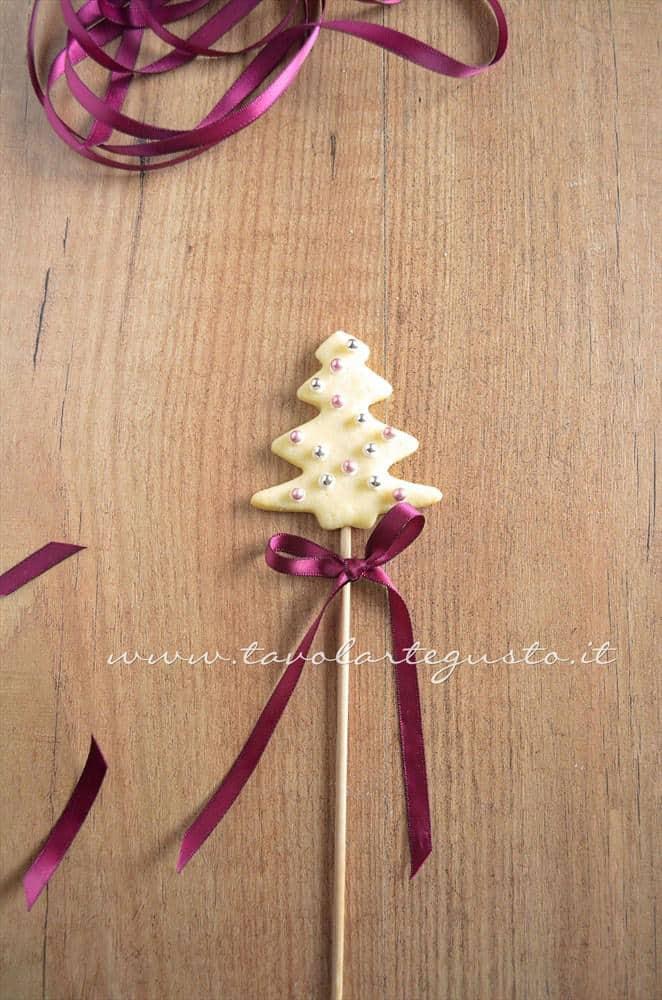 Decorare i Biscotti su stecco con il nastro di raso - Ricetta Biscotti lecca lecca natalizi (Christmas Cookies pops