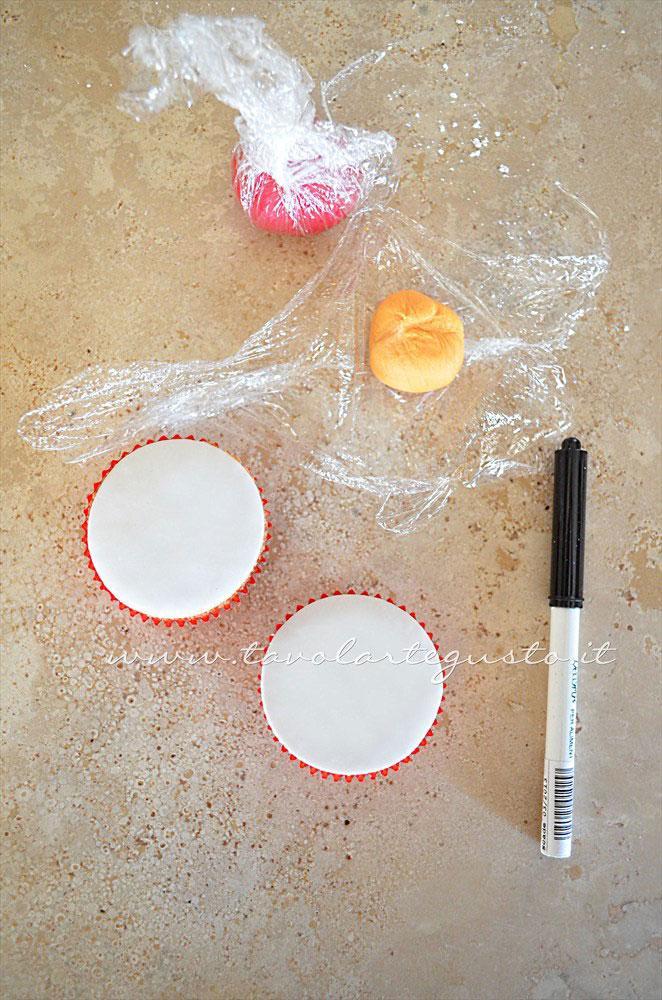 Decorare i cupcakes in pasta di zucchero -Ricetta Cupcakes Natalizi decorati in Pasta di Zucchero - Cupcakes di Natale
