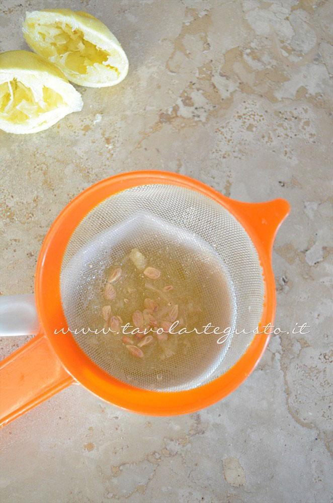 Filtrare il succo di limone -Ricetta Caramelle gelatine alla menta - Caramelle gommose - Gelee