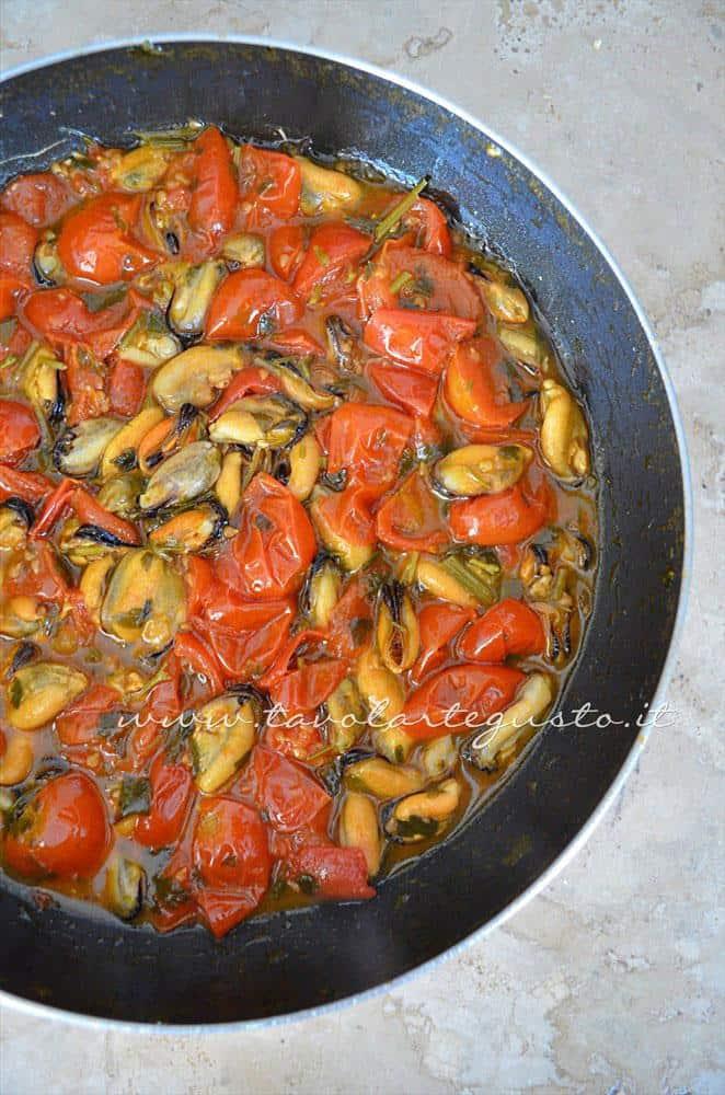 Il sugo di cozze e pomodorini a fine cottura - Ricette Linguine con le cozze e pomodorini