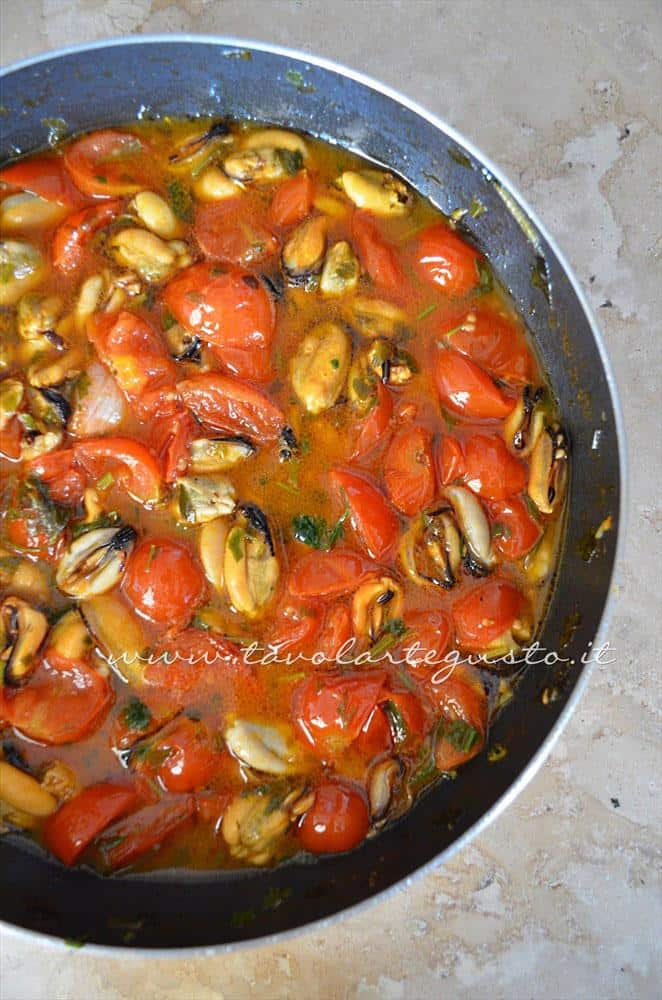 Il sugo di cozze e pomodorini a metà cottura - Ricette Linguine con le cozze e pomodorini
