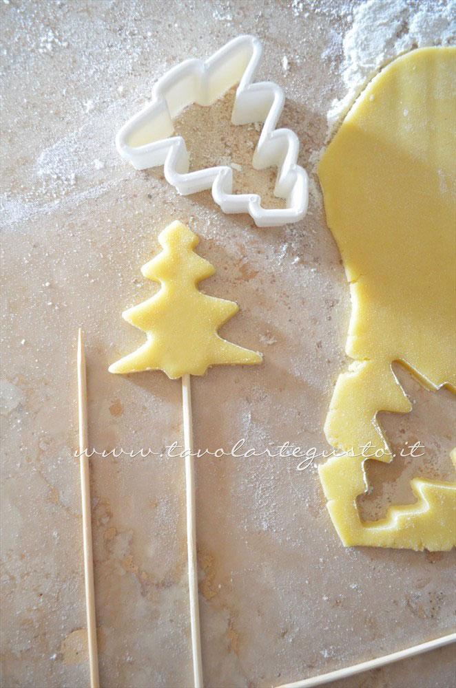 Infilare le stecche nei biscotti - Ricetta Biscotti lecca lecca natalizi (Christmas Cookies pops)