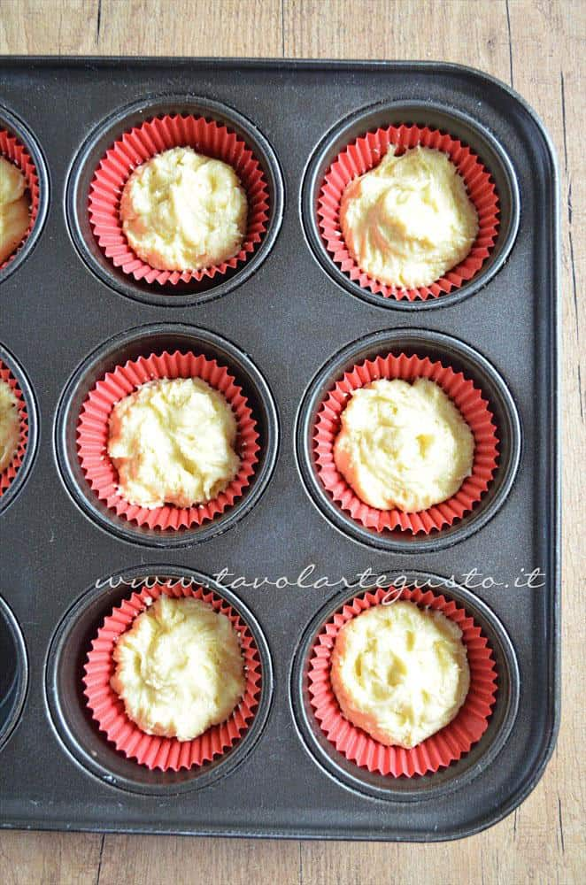 Inserire l'impasto nei pirottini - Ricetta Cupcakes Natalizi decorati in Pasta di Zucchero - Cupcakes di Natale