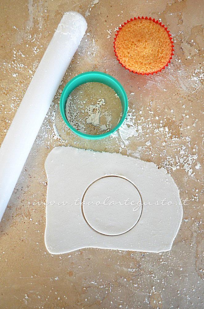Intagliare la pasta di zucchero con il taglia biscotti - Ricetta Cupcakes Natalizi decorati in Pasta di Zucchero - Cupcakes di Natale