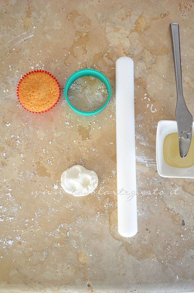 Preparare il piano di lavoro per decorare i cupcakes - Ricetta Cupcakes Natalizi decorati in Pasta di Zucchero - Cupcakes di Natale