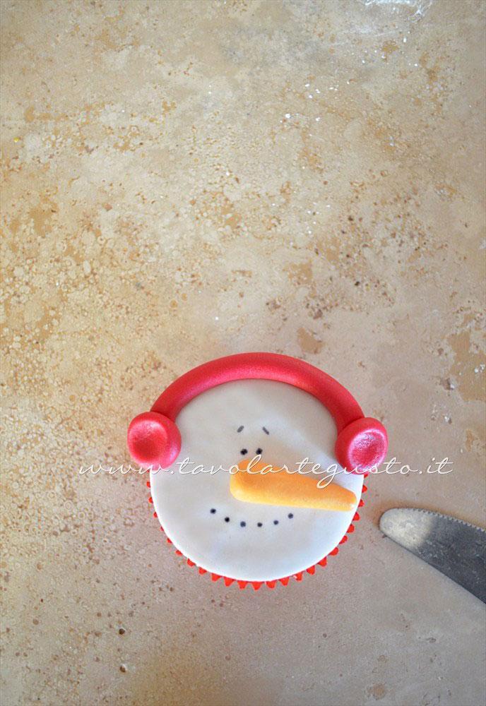 Realizzare il para orecchie del pupazzo di neve - Ricetta Cupcakes Natalizi decorati in Pasta di Zucchero - Cupcakes di Natale