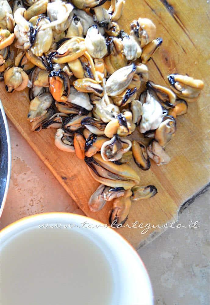 Sguaciare le cozze e filtrare la loro acqua  - Ricette Linguine con le cozze e pomodorini