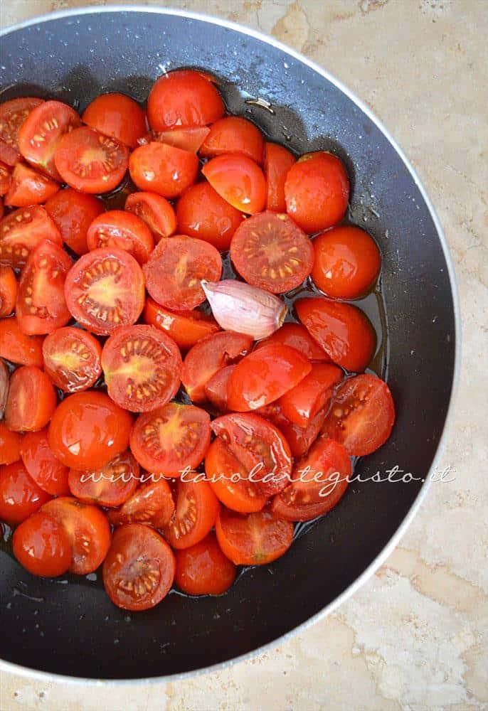Soffrggere i pomodorini - Ricette Linguine con le cozze e pomodorini