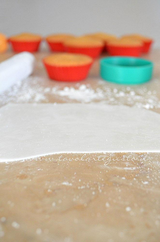 Stendere la pasta di zucchero - Ricetta Cupcakes Natalizi decorati in Pasta di Zucchero - Cupcakes di Natale
