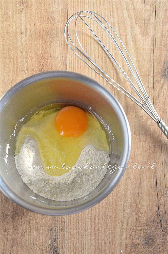 Unire l'uovo alla farina - Ricetta Rotolini di Crepes alla ricotta