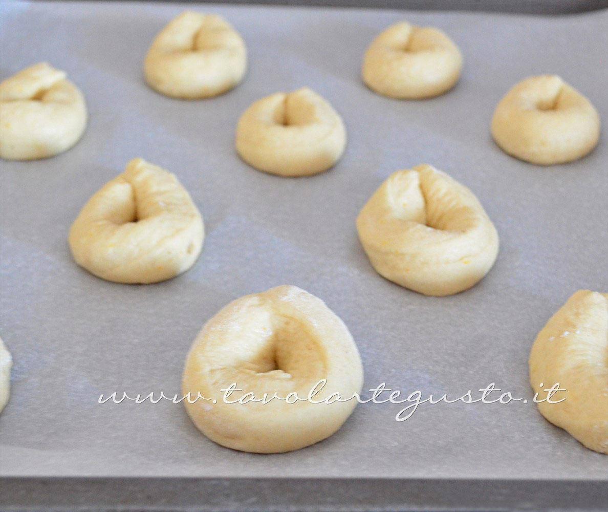 Adagiare su carta forno a lievitare - Ricetta Zeppole di patate al forno