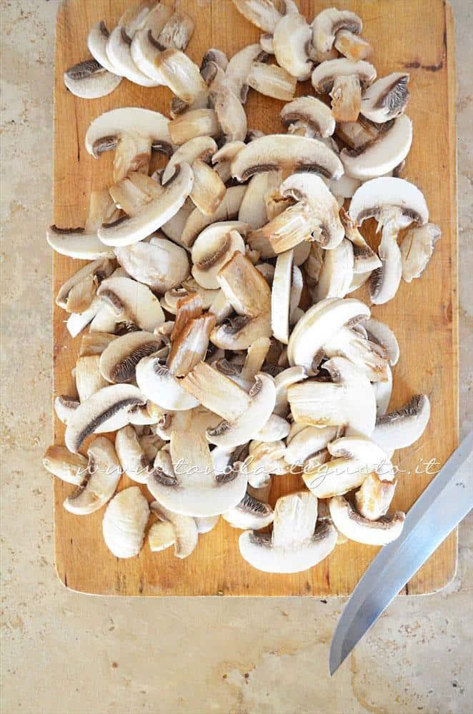 Affettare i funghi - Ricetta Sformatini di patate con funghi
