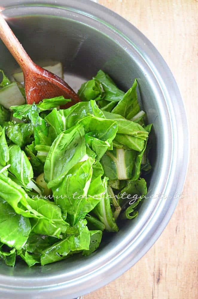Aggiugere le bietole - Ricetta Vellutata di bietole con scamorza affumicata