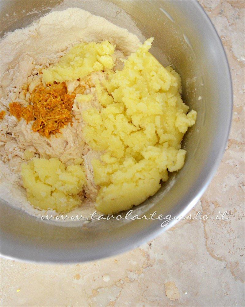 Aggiungere la purea di patate e aromi - Ricetta Zeppole di patate al forno