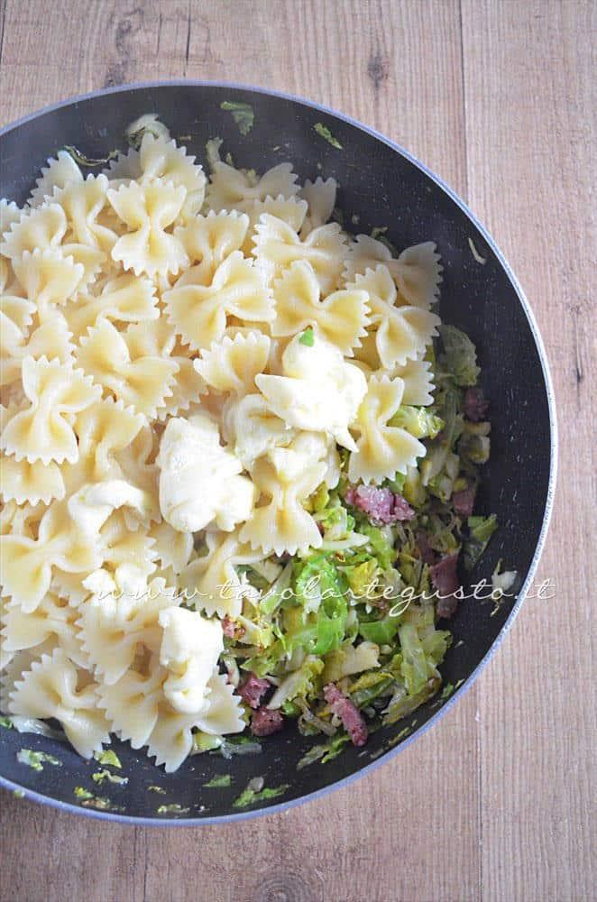 Aggiungere Pasta e Brie in padella con i Cavolini - Ricetta Pasta con Cavolini di Bruxelles, Salame e Brie